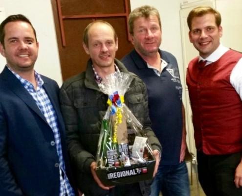 Thomas Riegler, Walter Steurer und Alexander Petznek danken Walter Sommer mit einem Geschenkskorb.