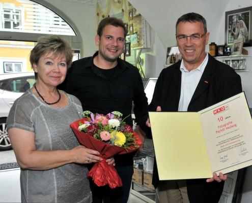 WKO Obmann Klaus Köpplinger und Stadtrat Alexander Petznek gratulieren Fotografie Pschill zum 10 jährigen Jubiläum