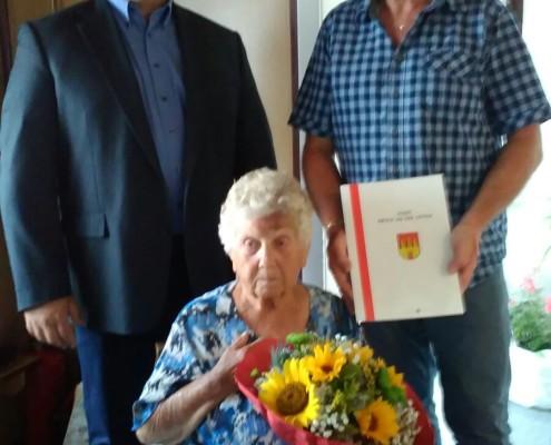 GR Walter Steurer gratuliert Johanna Gimplinger zum 90. Geburtstag.
