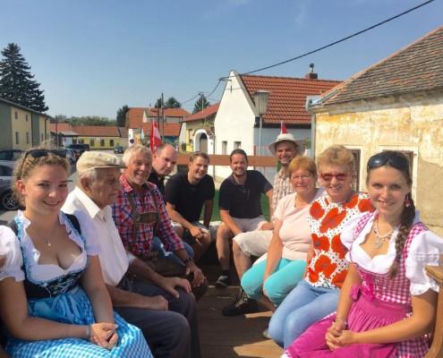 Umweltstadtrat Alexander Petznek, GR Thomas Riegler mit den Besuchern und Organisatoren des Bauernmuseums.