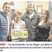 Renate Ondra ist die glückliche Gewinnerin der Nah Sicher-Aktion, GR Thomas Riegler und GR Walter Steurer gratulierten zum 30 Euro-Gutschein.